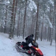 Saugomuose parkuose žiemos malonumais džiaugiasi pažeidėjai: užfiksuoti su sniego motociklais