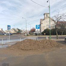 Gyventojai pasipiktinę: neįgaliųjų vietoje Melnragėje – purvo ir sniego kalnas