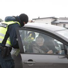 Klaipėdos pareigūnai dalijo gėles ir šypsenas