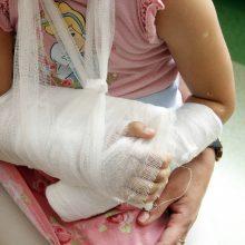 Netikėta draudikų žinia papiktino šeimą: mergaitei lūžo ranka, tačiau išmokos negaus