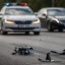 Vilniuje per avariją sužalotas žmogus: automobilis rėžėsi į kelio atitvarus