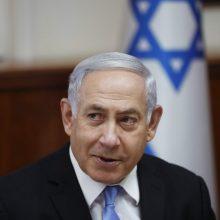 """Prasidedant teismo procesui, B. Netanyahu sako laikantis """"aukštai iškėlęs galvą"""""""