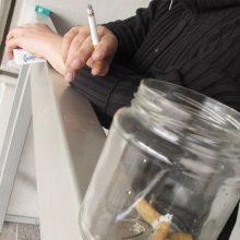 Rusijoje uždrausta rūkyti daugiabučių balkonuose