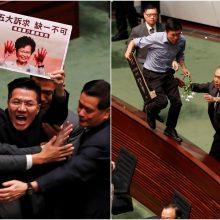Honkongo įstatymų leidėjai, vėl trukdę lyderei, ištempti iš parlamento
