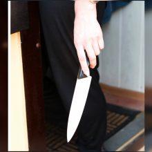 Vėlų vakarą – išpuolis uostamiestyje: mergina peiliu sužalojo vaikiną
