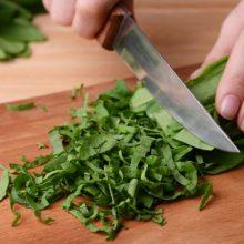 Mitybos specialistė išvardijo priežastis, kodėl naudinga valgyti špinatus