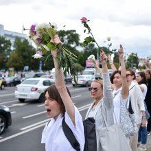 """Minske protestuotojai formuoja """"solidarumo grandines"""""""