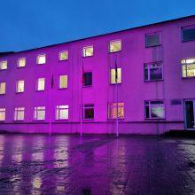 Kodėl rajono savivaldybė nušvito purpurine spalva?