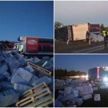 Avarija Šiaulių rajone: dėl slidžios kelio dangos sunkvežimis rėžėsi į atitvarus