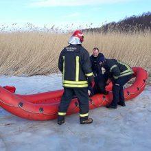 Marių ledas neišlaikė žvejo: pranešta, kad vyras įkrito į properšą