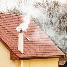 Su dūmais – pavojingi teršalai: klaipėdiečiai skundžiasi į namus besiveržiančia smarve