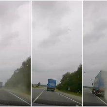 Vaizdo įraše – šiurpi vilkiko kelionė: girtas vairuotojas vos nesukėlė avarijos