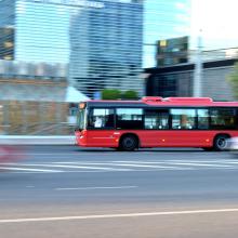 Rytas Vilniuje prasidėjo nelaimėmis: autobusas partrenkė moterį