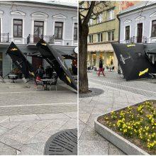 Per plauką nuo nelaimės: kauniečiai fiksuoja Laisvės alėjoje nukritusius lauko kavinės skėčius