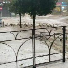 Ispanijos sostinę siaubė dideli potvyniai: purvo srautai nešė automobilius