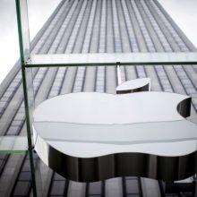 """""""Apple"""" skirta bauda: neinformavo apie """"iPhone"""" lėtinančius įrangos atnaujinimus"""