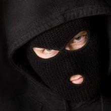 Zarasuose veidus kaukėmis prisidengę asmenys užpuolė tris vyrus, vienam peršauta koja