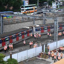 Nelaimė Honkonge: rytinio piko metu nuo bėgių nulėkė traukinys