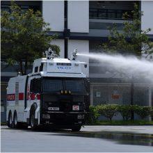 Honkongo policija bando sustabdyti protestus: pademonstravo vandens patrankas
