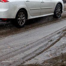 Vairuotojai, rinkitės saugų greitį: dalyje Lietuvos eismo sąlygas sunkina snygis ir šlapdriba