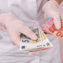 Medikų atlyginimų priedams už kovą pervesta 10,4 mln. eurų