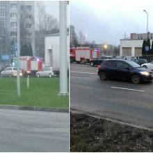 Į Pramonės prospektą lėkė specialiosios tarnybos: užsidegė automobilis, įvyko avarija