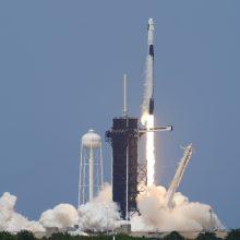 """""""SpaceX"""" raketa su dviejų JAV astronautų įgula pradėjo istorinį skrydį"""