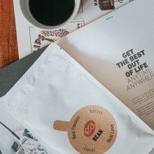 Neprašausite: baltoje pakuotėje tiekama universali kava, tinkanti kiekvieno skoniui.