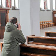 Bažnyčia palengva grįžta prie įprastos pamaldų tvarkos