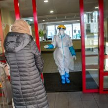 Nauji COVID-19 atvejai: židiniai liepsnoja ligoninėse, socialinės globos namuose, šeimose