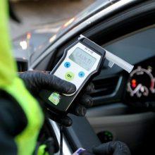 Marijampolės policija aiškinasi, kuris iš dviejų girtų vyrų vairavo griovyje rastą automobilį