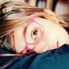 Vis daugiau vaikų nešioja akinius: gydytojai kaltina tėvus?