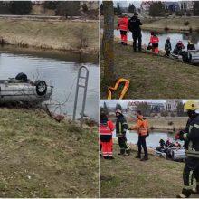 Panevėžyje baidarėmis plaukioję žmonės upėje pastebėjo nuskendusį BMW, jame – moters kūnas