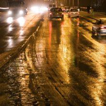 Kelininkai įspėja: naktį eismo sąlygas sunkins plikledis, kai kur tvyros rūkas