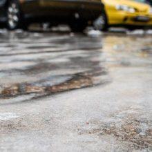 Vairuotojai, būkite budrūs: dalyje Lietuvos eismo sąlygas sunkina plikledis