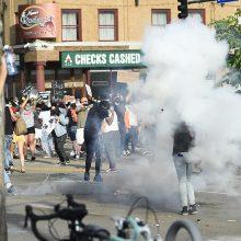 JAV nerimsta protestai dėl afroamerikiečio žūties aplinkybių