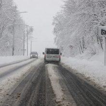 Būkite atidūs: eismo sąlygas sunkina snygis ir šlapdriba
