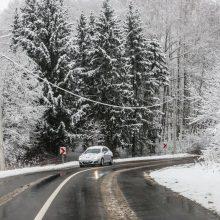 Būkite budrūs: keliuose yra slidžių ruožų, naktį numatomas sniegas ir plikledis