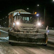 Vairuotojai, dėmesio: eismo sąlygas sunkina pustymas, naktį vietomis snigs