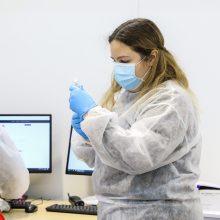 """Sveikatos ekspertai linkę pritarti siūlymui vėlinti revakcinaciją antrąja """"Pfizer-BioNTech"""" doze"""