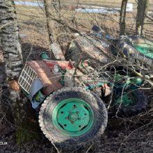 Kupiškio rajone beteisio ir neblaivaus traktoriaus vairuotojo kelionė baigėsi smūgiu į medį