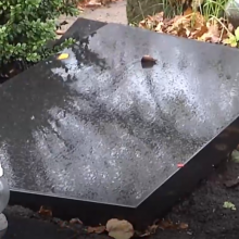 Nelaimė Šiauliuose: kapinėse moterį prispaudė užgriuvęs antkapis