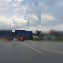 Avarija sostinėje: BMW atsitrenkė į vilkiką ir pasišalino iš įvykio vietos
