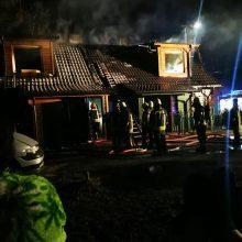 Pagalbos šauksmas: ugnis jauną šeimą paliko be namų
