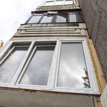 Pro balkoną Šiaurės prospekte iškritusi mergaitė išvežta į Kauno klinikas