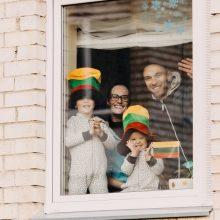 """""""Kultūra į kiemus"""": žiūrovams iš balkonų dainuos E. Jennings ir J. Didžiulis"""