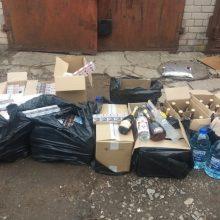 Įtariami alkoholio kontrabandininkai policijai įkliuvo pačiame darbų įkarštyje