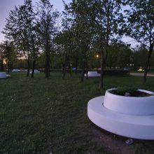 Kalniečių parke užgeso dalis šviečiančių suoliukų
