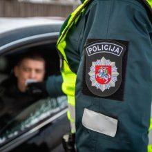 Dėl girtumo nuo pareigų nušalinto kriminalisto bėdos tuo nesibaigė: girtas įkliuvo ir prie vairo