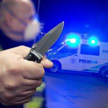 Kaip veiksmo filme: Akademijoje vyras policininkus puolė peiliu, jo bute rasta ginklų ir narkotikų